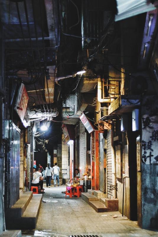 城中村里的房子密密麻麻,暗无天日。晚上开灯了都觉得比白天亮一些。 #guangzhou #china #城中村的日与夜 #三元里 | bigtearice